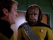 O'Brien und Worf unterhalten sich über ihre Eltern
