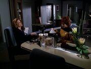 Janeway isst mit Lyndsay Ballard