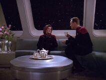 Janeway und Paris unterhalten sich über Paris' Enthusiasmus für das Meer