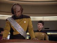 Worf spürt Auswirkungen des Barclay'schen Protomorphosesyndroms 2370