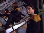 Torres und Kim untersuchen das Kazonwrack