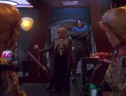 Der stellvertretende Große Nagus Brunt betritt die Bar