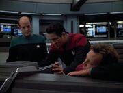 Chakotay und der Doktor versuchen die Voyager zu retten