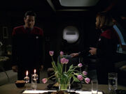 Janeway und Chakotay essen gemeinsam