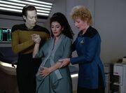 Data kümmert sich um die schwangere Troi