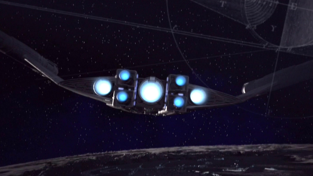 Irdisches Raumschiff über Mondoberfläche