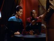 Odo überreicht Sisko Liste der Kollaborateure