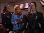 Crusher behandelt die Cardassianer