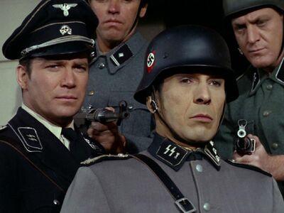 Kirk und Spock in Naziuniformen
