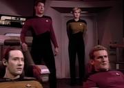 Officiers procédant à la jonction du module soucoupe en 2364