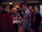 Quark serviert Champagner