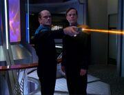 Der Doktor zerstört das holografische Bilderzeugungsystem