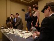 Frankie steckt Kira Geld zu