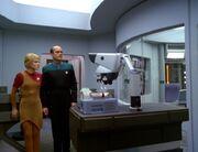 Der Doktor und Kes schließen den Makrovirus mit einem Kraftfeld ein