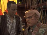 Quark sieht seine Chance da Kira Odo ablenkt