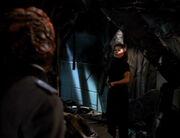 Janeway drängt den Hirogen in die Ecke