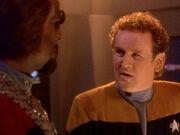 O'Brien bittet Worf um Nachsicht für seine Leute