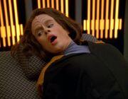 Torres wird vom Doktor auf der Krankenstation angegriffen