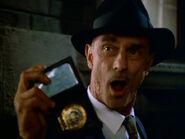 Polizist zeigt Polizeimarke
