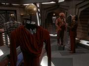 Quark steht Model für Garak in seinem Laden