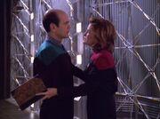 Janeway kümmert sich um den Doktor