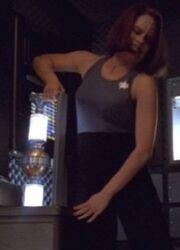B'Elanna Torres entnimmt ein Plasmarelais im Delta-Flyer