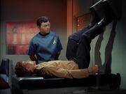 McCoy untersucht Charles Evans