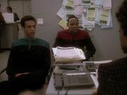 Sisko und Bashir bei der Anhörung durch eine Mitarbeiterin