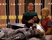 Der Doktor und Kes untersuchen den toten Borg
