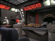 Garak wird in seinem Quartier medizinisch versorgt