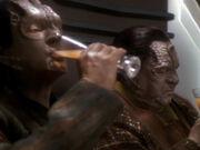 Garak und Tain trinken zusammen