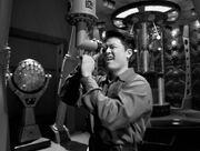 Harry Kim blickt durch ein Periskop