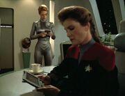 Janeway und Seven of Nine untersuchen den Unfall