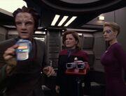 Naroq hilft Janeway und Seven bei den Ermittlungen