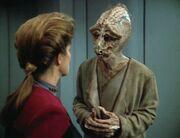 Rahmin bedankt sich bei Captain Janeway für die Hilfe