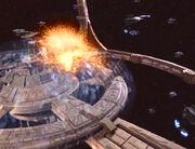 Cardassianisches Schiff rammt Deep Space 9