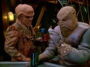 Quark besorgt Morn ein Haarwuchsmittel