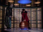 Riker versucht den Koffer zu heben