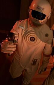 Crewmitglied in Schutzuniform