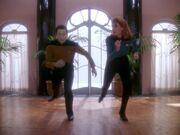 Crusher bringt Data das Tanzen bei