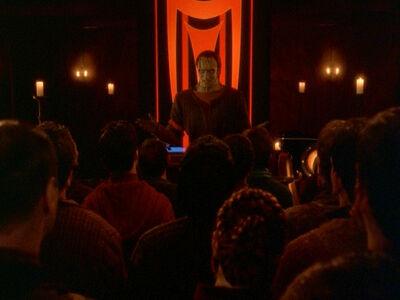 Dukat und die Mitglieder der Pah-Geist-Sekte