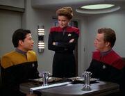 Janeway unterhält sich mit Kim und Paris im Kasino