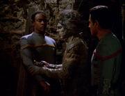Tuvok wird von Sakari untersucht