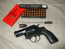 Pistola lanzabengalas con varias de estas