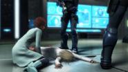 Madeline junto al cadáver de MB