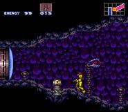 Samus enfrente de un Tanque de Energia en Super Metroid