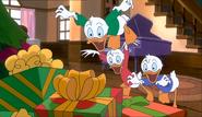Huey-Dewey-and-Louie-mickeys-once-upon-a-christmas-36068258-500-289