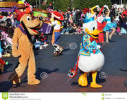 Donald-duck-pluto-disney-parade-19097483