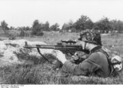 Bundesarchiv Bild 146-1979-118-55, Infanterist mit Sturmgewehr 44
