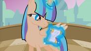 Princesa Aurora Cristal leyendo un pergamino al reves ByTimeZebCifra
